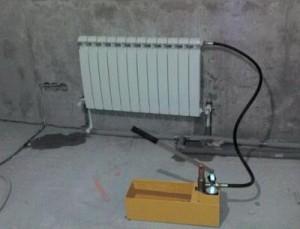 Опресовування системи опалення ручним насосом