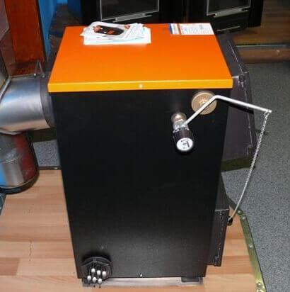 Твердопаливний котел з встановленим регулятором тяги.