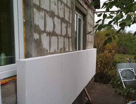 Пінопласт, приклеєний до стіни будинку.