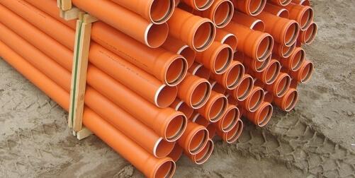 Каналізаційні труби ПВХ заскладовані на палеті.