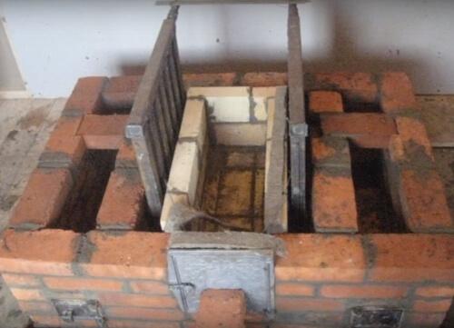 Цегляна піч з водяною рубашкою в процесі будівництва.