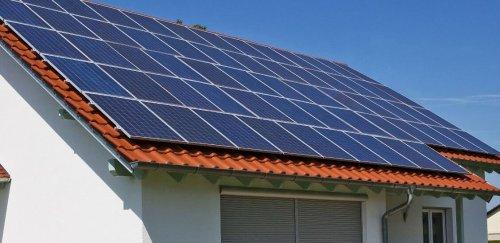 Сонячна батарея на приватному будинку.