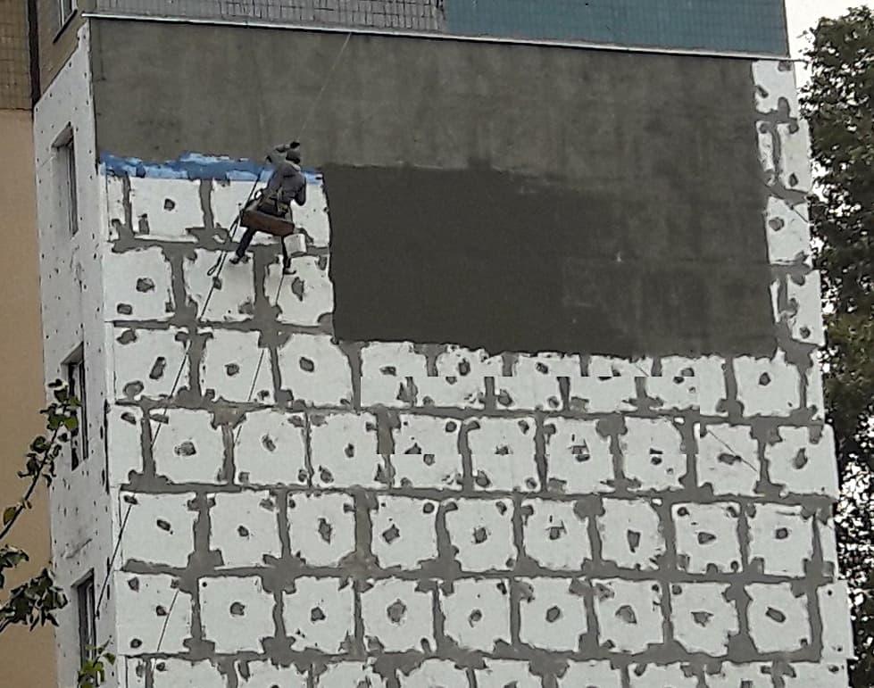 Утеплення квартири, альпініст на стіні.