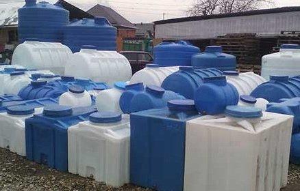 Різні форми баків для води.