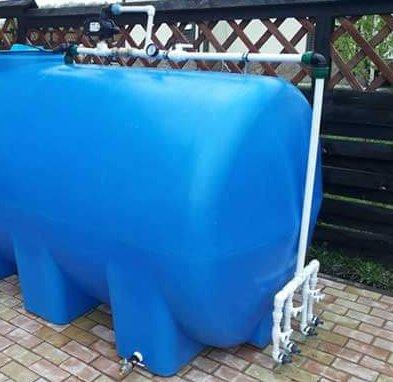 Пластиковий бак для води з арматурою.