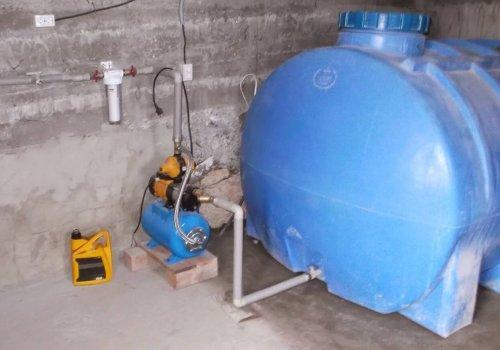 Бак для води в підвалі.