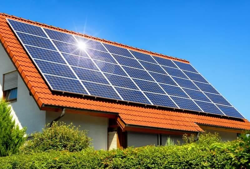 Електричні сонячні батареї на приватному будинку.