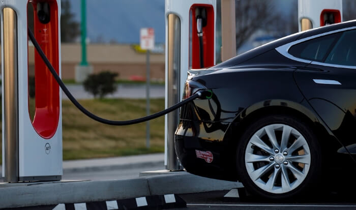 Автомобіль Tesla в якосты акумулятора.