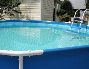 Вода в басейні без хлору, чиста вода.