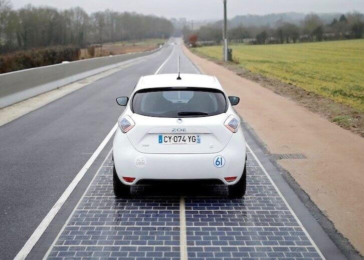 Дорога з сонячними батареями.