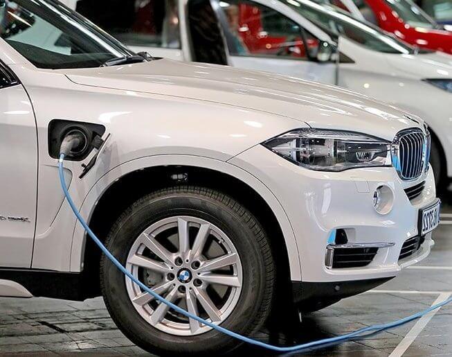 Електричний автомобіль заправка.