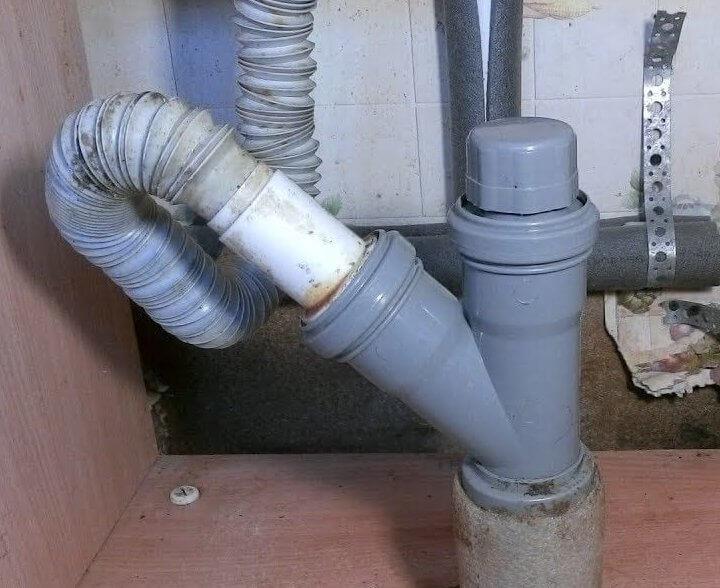 Каналізаційний вакуумний клапан біля раковини.